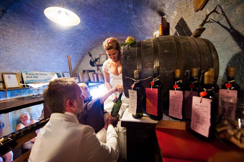 poročna fotografija klet vina na blejskem gradu