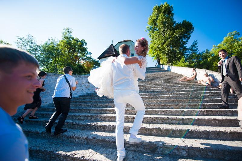 ženin nese nevesto po stopnicah otok bled