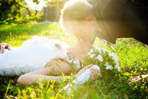 porocni_fotograf_poljub_na_travi1